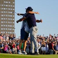 優勝を決めて弟ティムと抱き合う(撮影/田邉安啓) 2021年 全米プロゴルフ選手権 4日目 フィル・ミケルソン