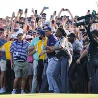 警備員に保護され、大観衆の中から抜け出した(撮影/田邉安啓) 2021年 全米プロゴルフ選手権 4日目 フィル・ミケルソン