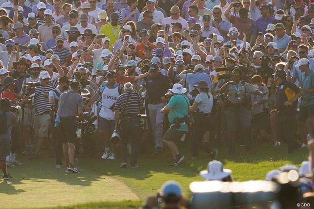 2021年 全米プロゴルフ選手権 4日目 フィル・ミケルソン 18番の第2打を打ち終えるとギャラリーに囲まれた(撮影/田邉安啓)