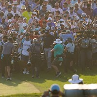 18番の第2打を打ち終えるとギャラリーに囲まれた(撮影/田邉安啓) 2021年 全米プロゴルフ選手権 4日目 フィル・ミケルソン