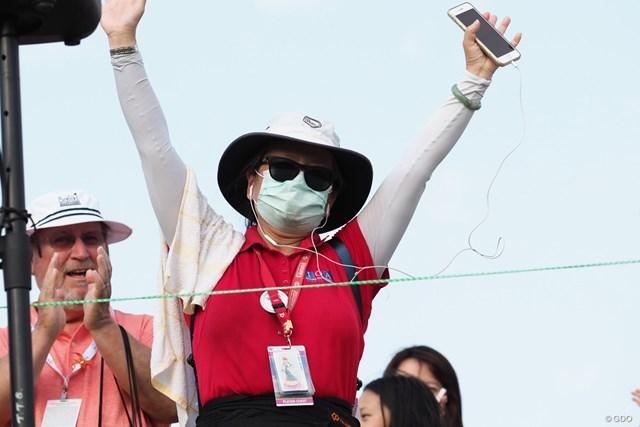 2021年 ピュアシルク選手権  最終日 ウェイリン・スー ツアーに帯同するウェイリン・スーの母もバンザイ