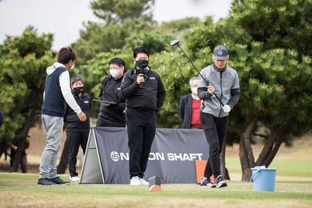 日本シャフト マーケティング担当 試打会では積極的に有識者や一般ゴルファーの話を聞き、市場のニーズを汲み取っている(写真提供:日本シャフト)