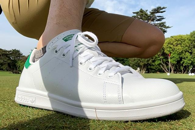 アディダスの名作シューズをゴルフ場で履いてみた キルティを外すと見た目は見慣れた「スタンスミス」に