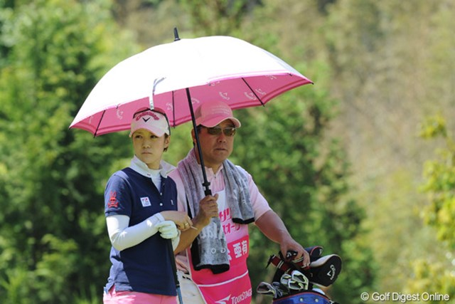 元中日ドラゴンズの小松辰雄さん(右)が、今週は娘・亜有のバッグを担ぐ。注目の地元タッグだ