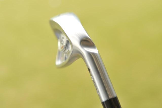 新製品レポート 「ピンの鍛鉄鍛造モデル」PING アンサーアイアン NO.4 ネックの斜めに入ったノッチ(切れ目)は、重量配分や、ライ、ロフト角調整に役立つ