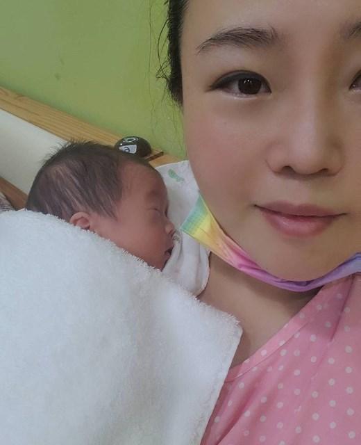 2021年 アン・ソンジュ 出産を報告したアン・ソンジュ(提供:JOINT ONE)