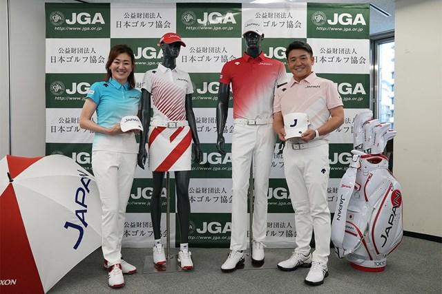 丸山茂樹 服部道子 代表ユニホームを披露した服部道子(左)、丸山茂樹両コーチ(提供:日本ゴルフ協会)