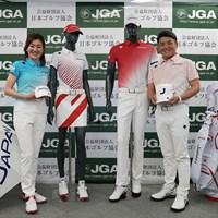 代表ユニホームを披露した服部道子(左)、丸山茂樹両コーチ(提供:日本ゴルフ協会) 丸山茂樹 服部道子