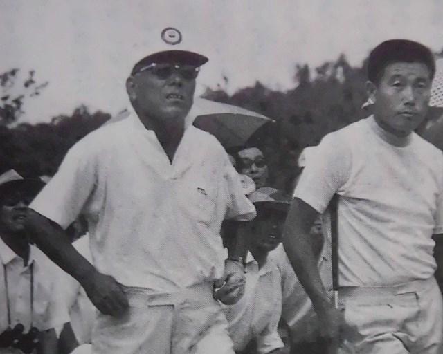 2021年 残したいゴルフ記録 戸田藤一郎 1971年「関西プロ」を56歳9カ月6日で制した戸田藤一郎(左/武藤一彦氏提供)