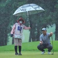 しかしこの土砂降りでも全く水が浮かない驚愕の水捌けのグリーン。ザルグリーンと名付けます。 2021年 日本ツアー選手権 森ビル杯 Shishido Hills 2日目 亀代順哉