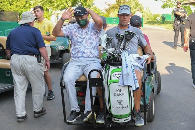 2021年 ザ・メモリアルトーナメント 3日目 ジョン・ラーム ホールアウト後に新型コロナ陽性を告げられ、カートで引き上げるラーム(Ben Jared/PGA TOUR via Getty Images)