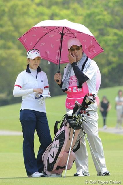 2010年 中京テレビ・ブリヂストンレディスオープン 2日目 小松亜有 ドラゴンズの元エースもさすがに疲れたのか、軽量バッグにチェンジ。しかし、いかつい親父にその傘は違和感ありまっせ~