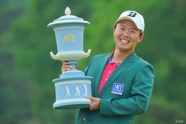 2021年 日本ツアー選手権 森ビル杯 Shishido Hills 最終日 木下稜介 念願の優勝カップ