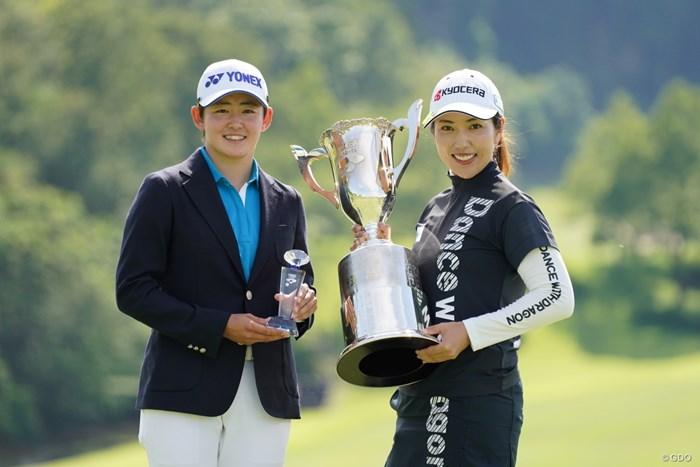 優勝者とベストアマのツーショット 2021年 ヨネックスレディスゴルフトーナメント 最終日 笠りつ子 岩井明愛