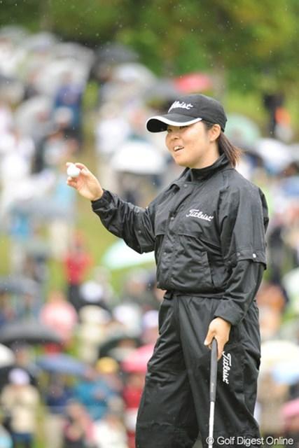 2010年 中京テレビ・ブリヂストンレディスオープン 最終日 不動裕理 短いウイニングパットを沈めてにっこり。久々のVやったけど、まったく危なげのない勝利でした!