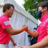 仲間のプロ達も初優勝を祝福。 2021年 日本ツアー選手権 森ビル杯 Shishido Hills 最終日 木下稜介