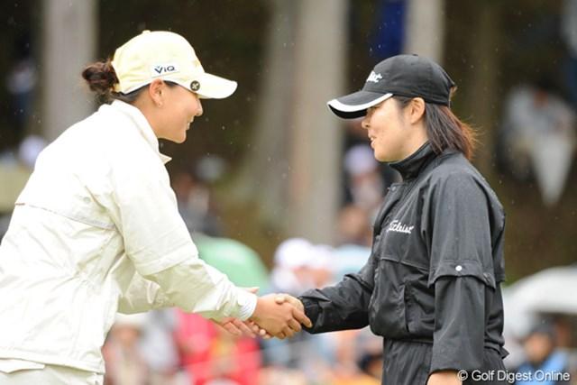 2010年 中京テレビ・ブリヂストンレディスオープン 最終日 不動裕理 金ナリ 日韓対決を終えて、互いの健闘をたたえてがっちり握手。スポーツって素晴らしい・・・!