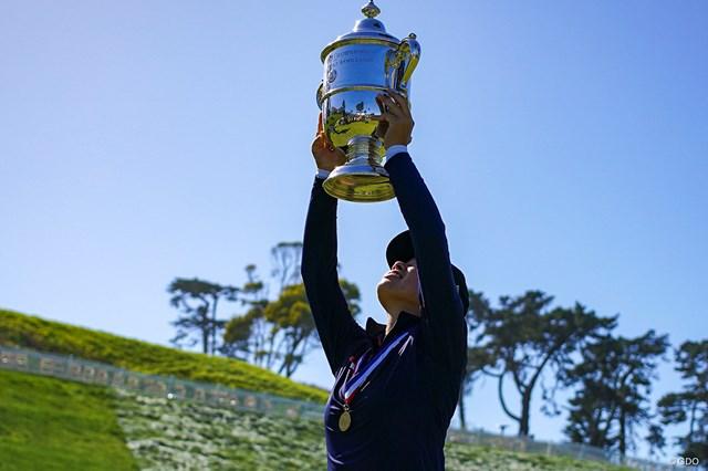 2021年 全米女子オープン 最終日 笹生優花 優勝トロフィーを高々と掲げる