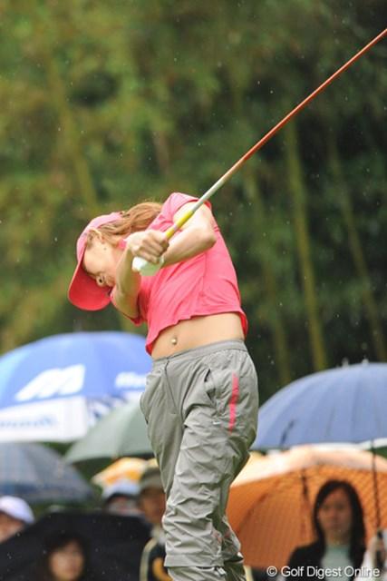 2010年 中京テレビ・ブリヂストンレディスオープン 最終日 金田久美子 キンクミはスコアを伸ばせず22位Tに後退。低温と雨のコンディションの中で、半袖ポロでプレーしたのはキンクミだけポ~~!