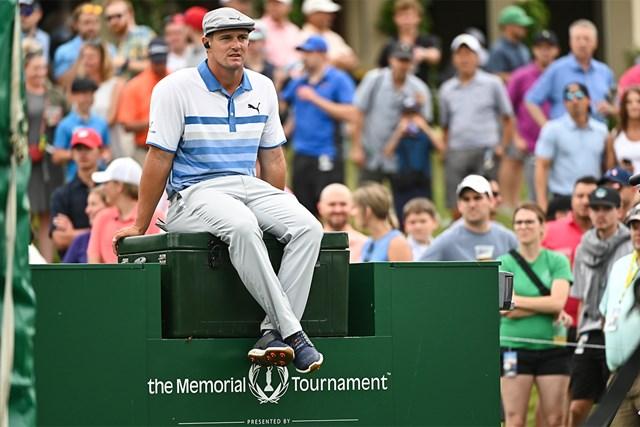 2021年 ザ・メモリアルトーナメント  2日目 ブライソン・デシャンボー 大会2日目、10番ティエリア付近でプレーを待つブライソン・デシャンボー(Ben Jared/PGA TOUR via Getty Images)