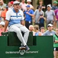 大会2日目、10番ティエリア付近でプレーを待つブライソン・デシャンボー(Ben Jared/PGA TOUR via Getty Images) 2021年 ザ・メモリアルトーナメント  2日目 ブライソン・デシャンボー