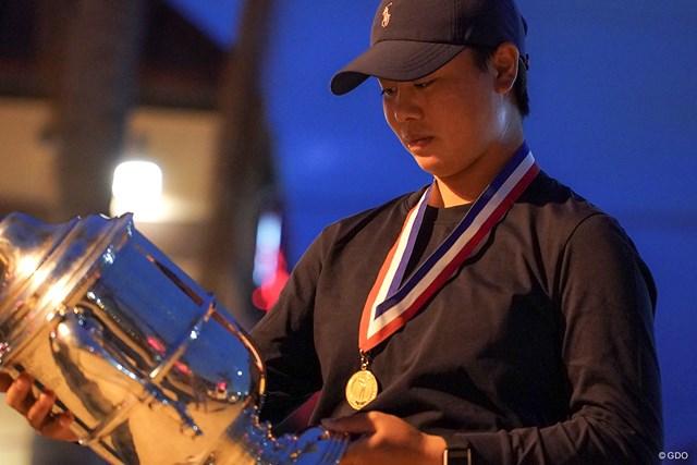2021年 全米女子オープン  最終日 笹生優花 優勝トロフィーを見つめる笹生優花