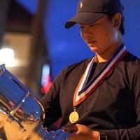 優勝トロフィーを見つめる笹生優花 2021年 全米女子オープン  最終日 笹生優花