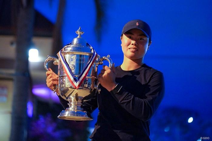 インタビューでは優勝トロフィーと一緒に記念撮影も 2021年 全米女子オープン  最終日 笹生優花