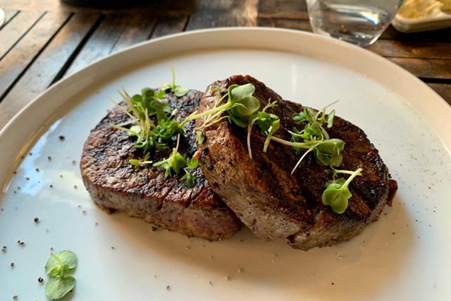 2021年 スカンジナビア・ミックス Hosted by ヘンリック&アニカ 事前 スウェーデンのディナー スウェーデンのディナーで食べたステーキ。盛り付けもおしゃれ
