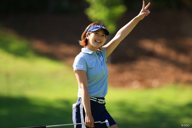 2021年 宮里藍サントリーレディスオープンゴルフトーナメント 初日 葭葉ルミ イーグルを決めてVサイン