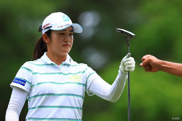 2021年 宮里藍サントリーレディスオープンゴルフトーナメント 2日目 稲見萌寧 この日一番の「ピンチ」だったという5番。3m弱のパーパットを決めてグータッチ