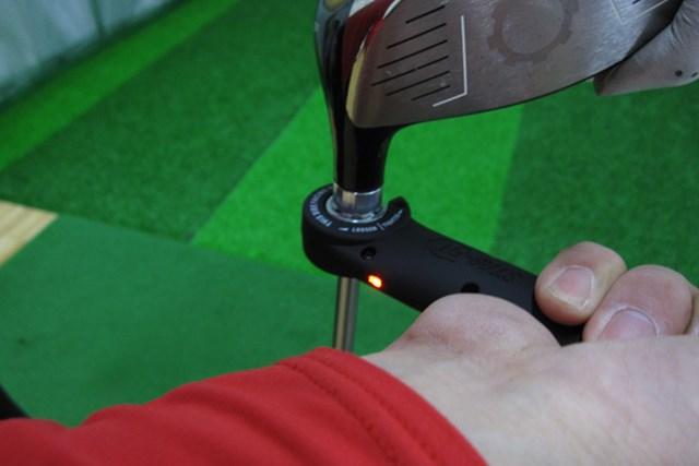 マーク試打IP ナイキ サスクワッチ マッハスピード ストレートフィット ドライバー NO.4 ヘッドとシャフトが脱着でき、フェースアングル、ライ角が変更できる。きちんと装着が完了したときにはランプが点灯する