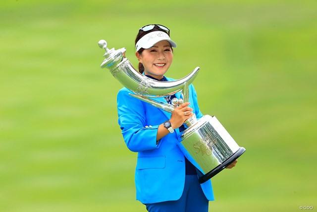 2021年 宮里藍サントリーレディスオープンゴルフトーナメント  最終日 青木瀬令奈 優勝トロフィーを掲げる青木瀬令奈