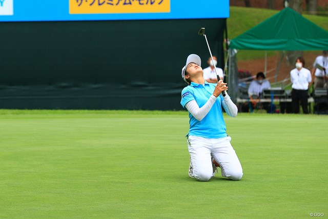 2021年 宮里藍サントリーレディスオープンゴルフトーナメント  最終日 稲見萌寧 最終18番のバーディパット。勝負をかけたボールはカップ右に外れて膝を落とした