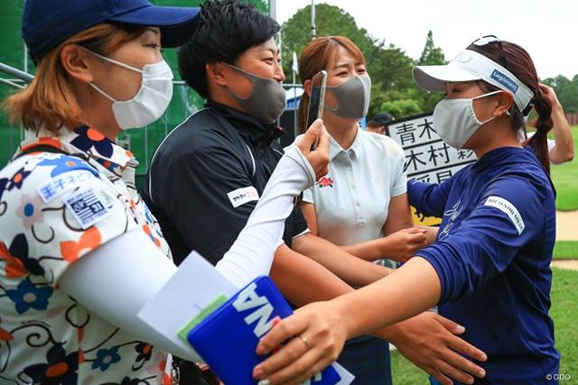 2021年 宮里藍サントリーレディスオープンゴルフトーナメント 最終日 青木瀬令奈 仲間からの祝福