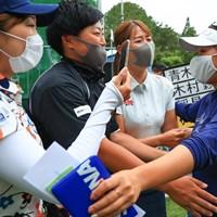仲間からの祝福 2021年 宮里藍サントリーレディスオープンゴルフトーナメント 最終日 青木瀬令奈