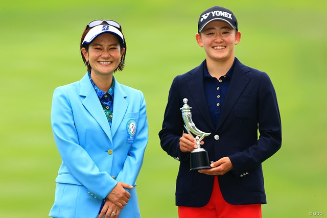 2021年 宮里藍サントリーレディスオープンゴルフトーナメント  最終日 岩井明愛 双子ゴルファーの姉・岩井明愛は宮里藍さんからトロフィーを受け取った