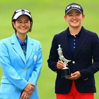 双子ゴルファーの姉・岩井明愛は宮里藍さんからトロフィーを受け取った 2021年 宮里藍サントリーレディスオープンゴルフトーナメント  最終日 岩井明愛
