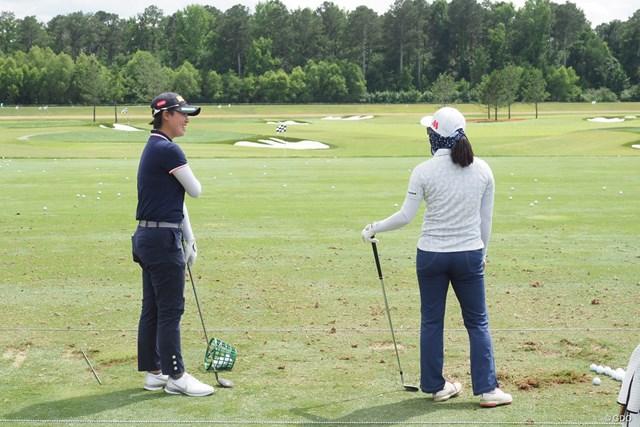 2021年 KPMG全米女子プロゴルフ選手権  事前 笹生優花 練習場で上原彩子と談笑する