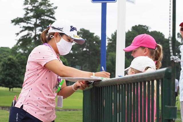 2021年 KPMG全米女子プロゴルフ選手権 事前 畑岡奈紗 小さな子供たちにサインをプレゼント