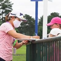 小さな子供たちにサインをプレゼント 2021年 KPMG全米女子プロゴルフ選手権 事前 畑岡奈紗