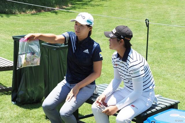 2021年 KPMG全米女子プロゴルフ選手権 事前 渋野日向子と笹生優花 練習ラウンド中の待ち時間におやつ談義?