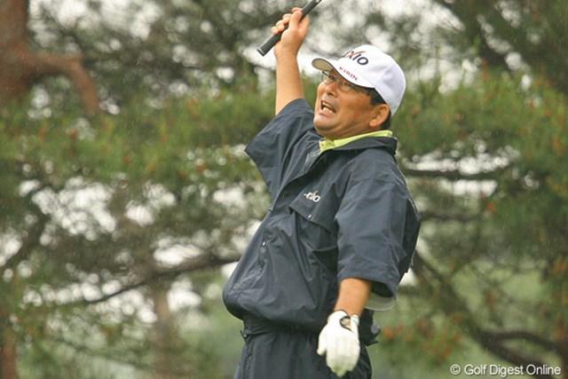 2010年 ダイヤモンドカップゴルフ 事前情報 中嶋常幸 ドライバーショットを大きく曲げておどける中嶋常幸。元気な姿でツアーに戻ってきた
