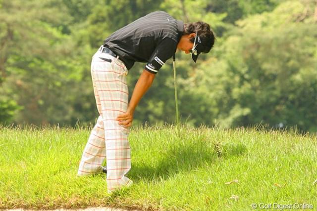 2010年 ダイヤモンドカップゴルフ 初日 石川遼 5番で斜面からの2打目をミスし、がっくりと肩を落とす石川遼