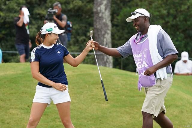 2021年 KPMG全米女子プロゴルフ選手権 3日目 渋野日向子 キャディさんとは何度も笑顔でタッチを交わした