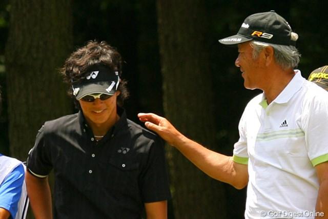 2010年 ダイヤモンドカップゴルフ 初日 石川遼&青木功 3オーバーと出遅れた石川遼は、6オーバーの青木功になだめられる