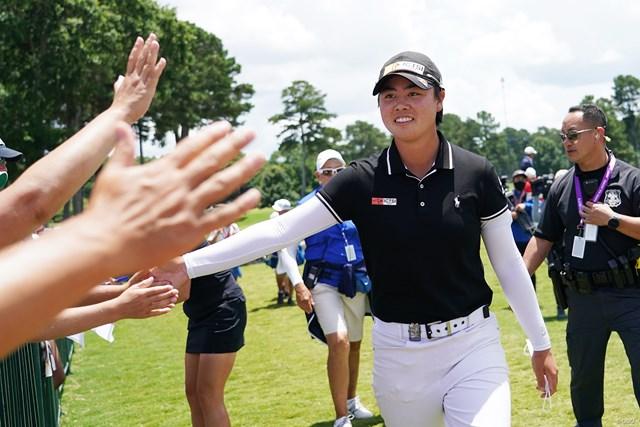2021年 KPMG全米女子プロゴルフ選手権 4日目 笹生優花 スコア提出に向かう合間にギャラリーとタッチ