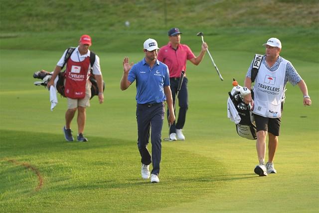 2021年 トラベラーズ選手権  最終日 ハリス・イングリッシュ クラマー・ヒコック 8ホールに及ぶサドンデスを演じたハリス・イングリッシュとクラマー・ヒコック(Ben Jared/PGA TOUR via Getty Images)