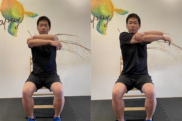 ストレッチ① 右腕を左手で引っ張るように伸ばします