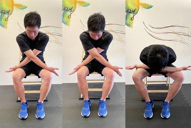 ストレッチ④ 両ひざを広げながら上半身を倒します